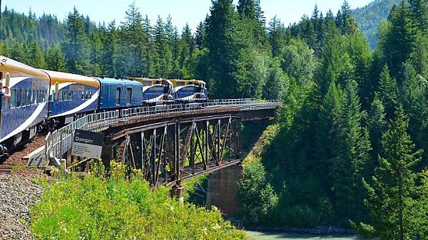 Поезд на трансканадской железной дороге