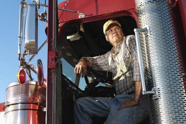 Канадский дальнобойщик в своём грузовике